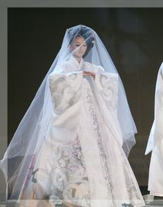 While not a traditional wedding hanbok as the color white is only used traditionally in funerals it is a beautiful dress and very impressive take. Asian Wedding Dress, Korean Wedding, Wedding Dress Styles, Korean Traditional Dress, Traditional Fashion, Traditional Dresses, Traditional Wedding, Hanbok Wedding, Wedding Attire