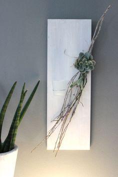 WD95 – Zeitlose Wanddeko! Holzbrett weiß gebeizt, dekoriert mit einer künstlichen Sukkulente, natürlichen Materialien und einem Teelichtglas! Preis 34,90€ Größe 20x60cm