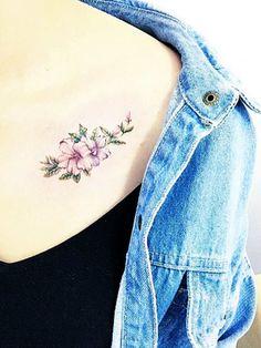 Die Mutigen unter euch können sich das Tattoo aber auch an einer ungewöhnlichen Stelle stechen lassen. Wie zum Beispiel am Schlüsselbein...