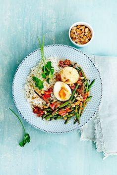 indische eieren met sperziebonen Veggie Recipes, Asian Recipes, Vegetarian Recipes, Dinner Recipes, Cooking Recipes, Curry, College Meals, Delicious Magazine, Indonesian Food