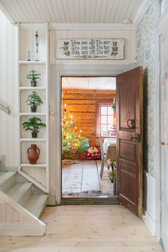 The little shelf by the stairs was a nive detail. lantlig hall med pärlspont i Swedish Cottage, Swedish House, Attic House, Apartment Makeover, Interior Decorating, Interior Design, Decorating Ideas, Decor Ideas, Diy Room Decor