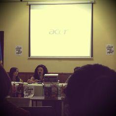 Natalia, fundadora de HILOxHILO hablando sobre Moda Sostenible, el día mundial del comercio justo.