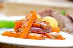 Glaserede gulerødder er vidunderligt tilbehør til mange slags kød, og her gulerødderne glaseret sammen med grofthakkede rødløg og timian. Sådan en omgang glaserede gulerødder smager fantastisk, og …