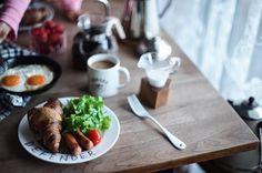 2,968 個讚,45 則留言 - Instagram 上的 ひ と み(@amehtm):「 朝の光。。。 ・ ・ 日中のレース越しの光とか木漏れ日が好き。 ・ クリスマスブレンドはカフェオレにして飲むのが好き。 ・ #ピカールフード の冷凍クロワッサンが好き。 ・… 」