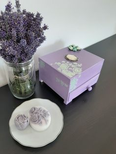 Vintage style lavender jewellery box with opalite roses and mint paper roses on the lid. Romantic and delicate Tea Box, Wooden Jewelry Boxes, Paper Roses, Vintage Fashion, Vintage Style, Jewellery Box, Create Yourself, Lavender, Decorative Boxes