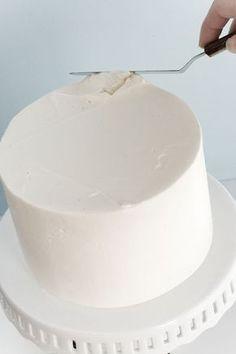 Что нужно, чтобы эффектно украсить торт? Нужно подготовить базу, то есть получить ровный торт, покрытый слоем крема, который скроет некоторые возможные дефекты торта, свяжет крошки и даст большое поле фантазии для дальнейшего декора. Существует очень много способов, как покрыть торт кремом. Этот способ, предложенный Кейтлин Фленнери (Kaitlin Flannery), можно взять за основу и затем самостоятельно «подогнать» технику покрытия торта (coating) под себя. Для начала нужно аккуратно разрезать…