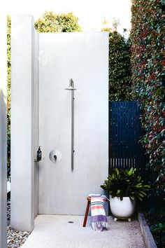 33 outdoor shower ideas for an exhilarating fresh-air shower. See inspiring photos of outdoor bathing fixtures and enclosures. Spring and Summer is the ideal warm weather to build or take an outdoor shower! For more bathroom ideas go to Domino. Outdoor Bathrooms, Outdoor Baths, Outdoor Kitchens, Outdoor Living Rooms, Outdoor Spaces, Outdoor Decor, Living Spaces, Outside Showers, Outdoor Showers
