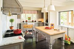 Tour the kitchen of the 2009 Southern Living Georgia Idea House with designer Mallory Mathison. Kitchen On A Budget, Home Decor Kitchen, Country Kitchen, Kitchen Design, Kitchen Ideas, Kitchen Inspiration, Countryside Kitchen, Kitchen Pics, Kitchen Layouts