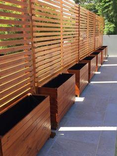 01 DIY Backyard Privacy Fence Design ideas on a budget – Insidexterior - Modern Cheap Privacy Fence, Privacy Fence Designs, Garden Privacy, Privacy Walls, Garden Fencing, Garden Beds, Privacy Planter, Privacy Trellis, Garden Gate