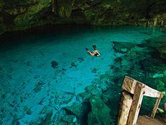 Piscinas naturales (los Cenotes de Riviera Maya)  En la Riviera Maya hay numerosos cenotes, formaciones naturales con millones de años, que literalmente se refieren a cavernas con depósitos de aguas puras y cristalinas. Se encuentran tierra adentro de la costa, y algunas conectan con ríos subterráneos. Lo original, es que la temperatura del agua se mantiene a 25ºC y algunos son poco profundos, ideales para tomar un baño y explorar la vida submarina. Los más conocidos son el Gran Cenote…