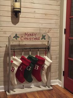 Awesome Country Christmas Decoration Ideas - A lot of country themed home are most likely to go for country Christmas decorations. Of course, country Christmas decorations will certainly complete. Christmas Wood Crafts, Rustic Christmas, Christmas Projects, Winter Christmas, Cheap Christmas, Christmas Ideas, Christmas 2019, Diy Christmas Home Decor, Christmas Quotes