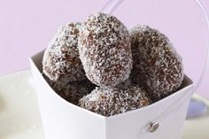 Sweet truffles made from coconut, cocoa and chopped walnuts. Healthy Desserts, Easy Desserts, Dessert Recipes, Xmas Food, Christmas Cooking, Christmas Recipes, Christmas Ideas, Sweet Recipes, Dog Food Recipes