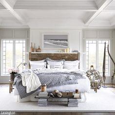Urlaub im eigenen Schlafzimmer: Dieses Schlafzimmer mit maritimem Flair überzeugt durch seine helle und offene Atmosphäre.  - mehr auf roomido.com
