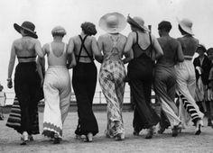 Image copyright                  Getty Images                  Image caption                     Para las mujeres era audaz lucir pantalones en los años '20.   La directora de una escuela primaria en el Reino Unido recientemente les escribió a los padres de sus alumnos pidiéndoles que no usen pijamas cuando van a llevar a los niños, para no darles un mal ejemplo. Sin embargo, hubo una época en que, lejos de considerárselos desaliñados, los pija