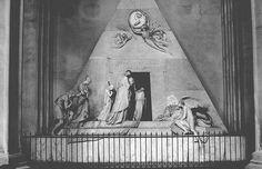 Antonio Canova, Monumento funebre a Maria Cristina d'Austria, 1798-1805. Marmo. Vienna, Augustinerkirche.  Il sepolcro di Canova è laico, non ci sono accenni alla cristianità, ma ha un'idea universale della morte ispirata al mondo antico, dove il dolore è contenuto e dignitoso. Il contrasto tra il bianco del marmo e il nero della porta sottolineano proprio questa morte come nulla eterno.