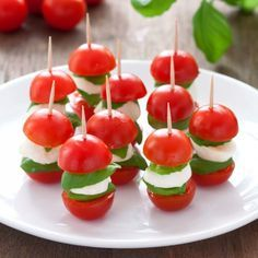 (in Polish) Caprese Skewers - perfect Finger food, Party food. (in Polish) Appetizers For Kids, Finger Food Appetizers, Best Appetizers, Party Appetizers, Pinchos Caprese, Caprese Skewers, Caprese Salad, Kids Party Finger Foods, Healthy Finger Foods