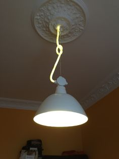 Industrielampe mit leuchtendes Stromkabel