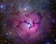 La nébuleuse Messier 20 (M20), aussi appelée nébuleuse Trifide est une fleur rare de la voie lactée. Elle vient d'être photographiée avec talent par l'astronaume américain Robert Gendler. Tout d'abord, vous pouvez repérer la nébuleuse Trifide au bout de la flêche rouge dans ce magnifique fourmillement d'étoiles de la voie lactée. Ce cliché magnifique a été réalisé en 2006 par l'astrophotographe Serge Brunier depuis le désert d'Atacama au Chili.   Voici finalement le cliché réalisé par Robert…