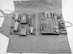Tool Roll and Apron from the Royal Austrailian Electrical and Mechanical Engineers corps from and for repairing army trucks. Bike Storage, Tool Storage, Storage Ideas, Leather Tool Pouches, Garage Atelier, Shop Apron, Tool Roll, Jeep Wrangler Yj, Diy Envelope