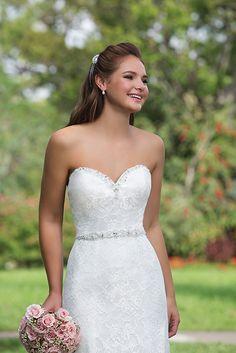 Mooie kanten jurk met subtiele details zoals de kralenband om de taille.