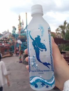 Disneys The Little Mermaid - Tokyo Disney Resort Wasserflasche - Oda Voigt - Tokyo Disney Sea, Walt Disney, Tokyo Disney Resort, Cute Disney, Disney Dream, Disney Drinks, Disney Desserts, Disney Cups, Disney Snacks