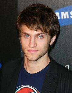 He's adorable ! Keegan Allen ! He is such a good actor in Pretty Little Liars !
