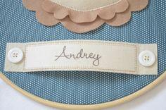 Quadro bastidor Leão para porta de maternidade (ou quartinho) feito com tecido 100% algodão e feltro, personalizado com o nome do bebê. Pode ser confeccionado nas cores que desejar.