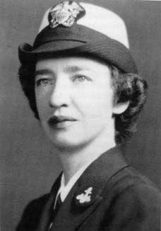 Grace Murray Hopper (1906-1992) fue una matemática y militar estadounidense. Pasó a la historia por ser la creadora del lenguaje de programación COBOL que todavía sigue siendo muy utilizado a día de hoy, por ejemplo en la banca.