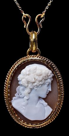 Antique Victorian cameo jewelry - shell cameo locket pendant necklace