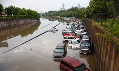 Über die US-Bundesstaaten Texas und Oklahoma sind Stürme mit ergiebigen Regenfällen hinweggefegt. Bei den Unwettern sind mindestens 16 Menschen getötet worden, es entstand ein immenser Schaden, wie hier in Houston.