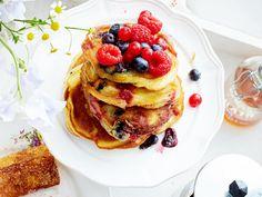 Tolle Frühstücksidee fürs Wochenende: Wir servieren süße Pancakes mit leckeren Toppings. Vegane und glutenfreie Rezepte inklusive.