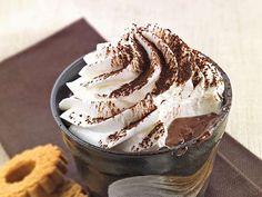 Una dolce, dolcissima delizia al cucchiaio firmata Montersino: il budino al cioccolato con panna montata, un dessert perfetto da gustare nelle lunghe sere d'inverno