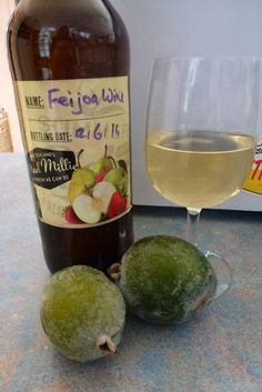 I had a large quantity of feijoas that I didn't want to waste and decided to try making feijoa wine using a simple recipe. Fejoa Recipes, Guava Recipes, Fruit Recipes, Wine Recipes, Recipies, Pineapple Guava, New Zealand Food, Wine Gift Boxes, Cheap Wine