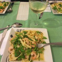 Tagliarini ao camarão com rúcula e limão siciliano