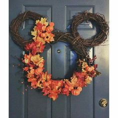 Söt dekoration i form av Musse Pigg! Disney Diy, Disney Home Decor, Disney Crafts, Mickey Mouse Wreath, Mickey Mouse Crafts, Mickey Mouse Halloween, Fall Halloween, Mickey Mouse Christmas, Fall Crafts
