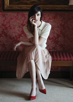 lovely Paz Vega style, red shoes and pastel skirt with soft shirt