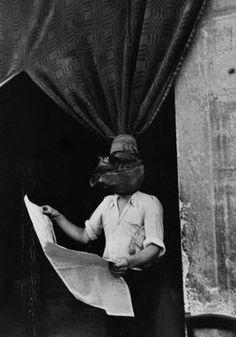 gente que lee...el hombre tras la cortina... fotografia Henri Cartier Bresson