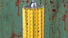 Lámpara con pantalla de cinta métrica.