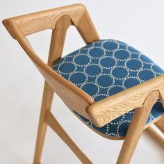 ミナペルホネンファブリック「タンバリン」を使ったキッズチェア「A kids chair」。 京都・宇治の家具店enstol(エンストル)のオリジナル椅子×ミナペルホネンファブリックの組み合わせ。 椅子もミナの生地もともに、経年変化が楽しめるつくり。 長く大切に愛用できるキッズチェアです。 #キッズチェア #子供椅子 #子ども椅子 #子ども椅子 #ミナペルホネン #無垢 #京都 #日本製 #chair #minaperhonen #北欧インテリア #おしゃれなインテリア #おしゃれ #つくりのいいもの #職人 #ものづくり #ロングライフデザイン #ハイチェア #タンバリン