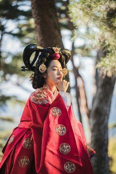 Korean Drama Best, Korean Drama Movies, Korean Dramas, Korean Traditional Dress, Traditional Outfits, Korean Actresses, Korean Actors, Kdrama, Modern Hanbok