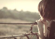 Anh sẽ đợi cho đến khi cẩm tú cầu nở hoa chứ?   Có những tình cảm vuột đến vuột phút chốc đã biến mất chẳng để lại  cứ như chưa từng tồn tại nhưng cũng có loại tình cảm dù đã lâu rất lâu rồi tưởng đã quên  nào ngờ khi quay lại vẫn nguyên vẹn như ngày nào.  Ảnh minh họa  Anh ơi thứ bảy này đi chơi đi  Dòng tin nhắn hiện ra đôi mắt khẽ lướt qua cái tên trí nhớ hoạt động nhanh chóng để nhớ ra khuôn mặt người nhắn. Vô ích có cả. Thế nhưng đôi lại trượt trên bàn phím dòng chữ đầy ngọt ngào được…