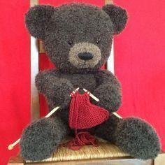 Voici un tuto détaillé, en 5 parties, pour apprendre à tricoter un ours en peluche. Il est réalisé principalement en circulaire au point de jersey.