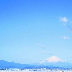 【soe_aco】さんのInstagramをピンしています。 《_ 富士山様と広いお空。 ・ ・ #sunny#sun#sky#surf#surfing#sea#beach#sealovers#skylovers#genic_beach#genic_mag#lifestyle#seasidelife#beachlife#kugenuma#japan#goodday#nature#beautiful#happy#photo#instadaily  #富士山#海#空#海辺の暮らし#海便り#海散歩#鵠沼海岸#海が好き》