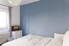 Ruhe des Nordens im Schlafzimmer durch ein Hauch von Blau: Träume wahr werden lassen, im skandinavischen Stil, mit Alpina Feine Farben No. 14.