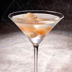 ¡Martini de lychees! #CocteleriaMolecular #MixologiaMolecular #Colombia #Medellin #MixologyMolecularBar