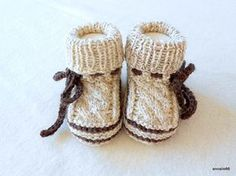Strick- & Häkelschuhe - Babyschuhe in Tracht Zopf - ein Designerstück von Annalie66 bei DaWanda Knit Baby Shoes, Knit Baby Dress, Knit Baby Booties, Knitting For Kids, Baby Knitting Patterns, Free Knitting, Crochet Socks, Crochet Baby, Knit Crochet