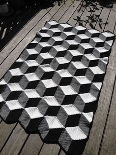 Paravent: Crochet afghan I need to figure out how to make this! So neat! Crochet Quilt, Crochet Home, Crochet Blanket Patterns, Crochet Motif, Crochet Designs, Crochet Yarn, Crochet Stitches, Knitting Patterns, Crochet Afghans