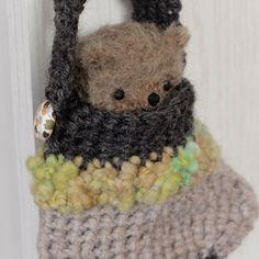 名前:ロイ誕生日:2016年12月18日身長:10cm素材:ラティニティショートモヘア、アンティークグラスアイ、ウルトラスエード、ハードボードジョイント、化繊綿、ステンレスボール靴下に入った小さな子。ちょっぴりシックな色合いです。靴下の持ち手はボタンの所で取り外しができます。大きなにツリーに飾ったり壁に飾ったり、バッグにつけて一緒にお出かけしたり(落っこちないように気を付けてね!)・・・いつも身近に置いておけるサイズです。靴下のサイズ(持ち手含まず):(約)80×90mm全て手縫いで、しっかりとした縫製ですので末永く可愛がってあげてください。