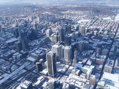 Le centre-ville de Montréal vu du ciel. Au premier-plan la gare centrale et plus à droite la tour de la bourse et le Quartier international