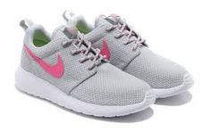 Nike Usa Basketball Roshe Run - Nike Roshe Run Grey And Pink Cool Nikes, Black And White Nikes, Nike Roshe Run, Pink Nikes, Nike Free, Traveling By Yourself, Nike Women, Nike Air, Sneakers Nike